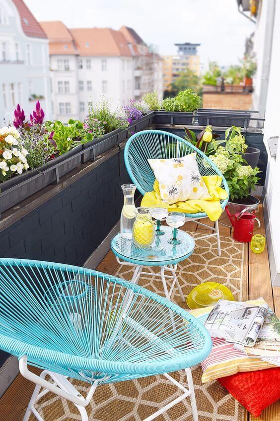 Varanda com cadeira acapulco azul