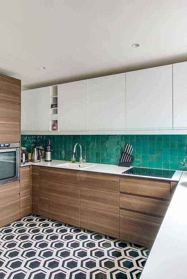 armários de madeira e armários brancos para cozinha em U com revestimento verde Foto Pinterest