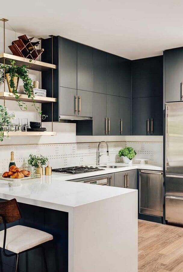 armários pretos para decoração de cozinha em U com bancada branca e prateleiras de madeira Foto Pinterest