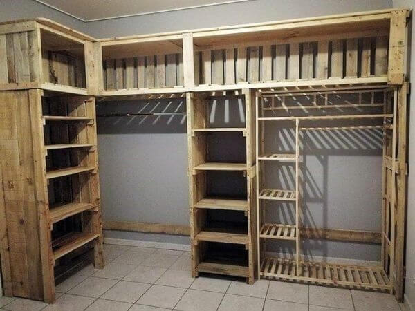 Guarda roupa de pallets simples feito sob medida para o dormitório