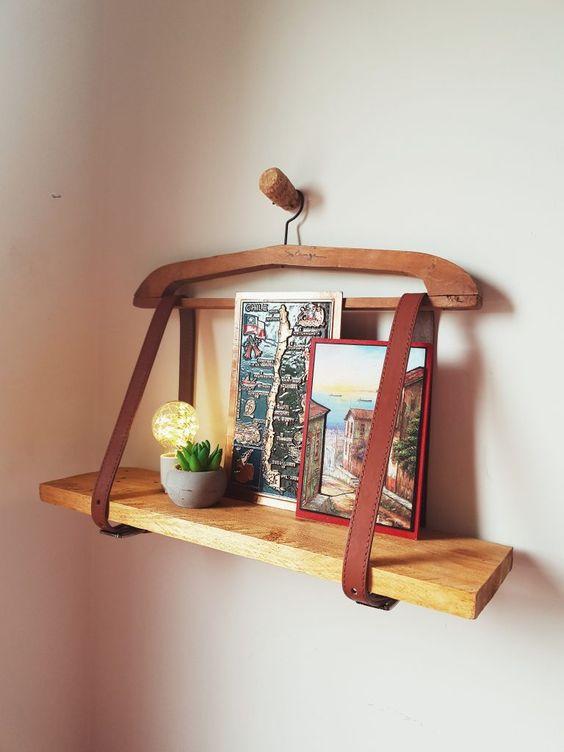Prateleira feita de cabide e cinto
