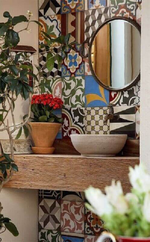 bancada de madeira e ladrilho hidráulico para decoração de banheiro rústico Foto Jeito de Casa
