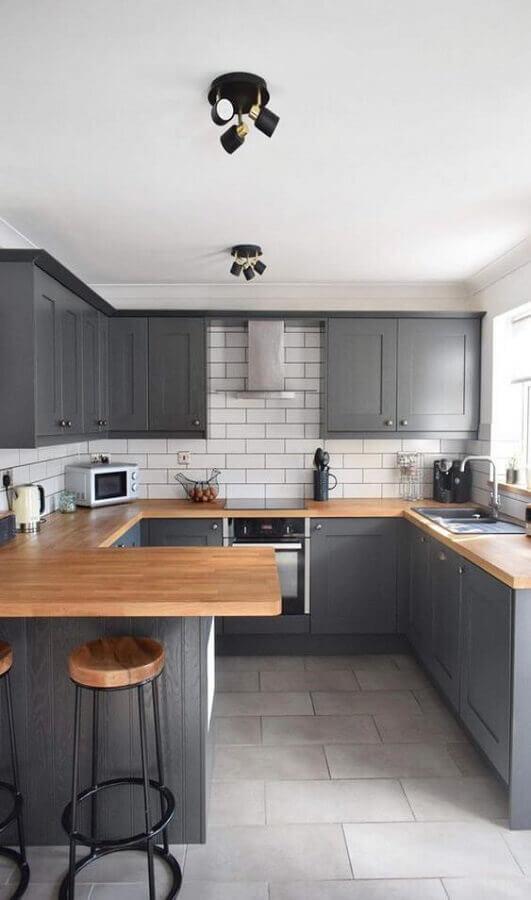 bancada de madeira para cozinha em U planejada com armários cinza Foto Decorland