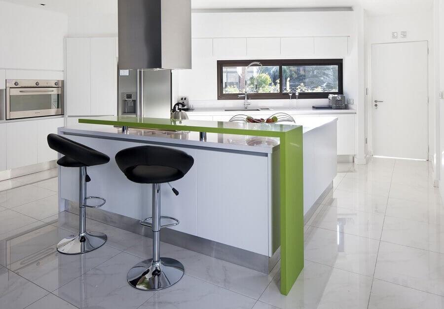bancada para cozinha verde e branca ampla e moderna Foto ArchDaily