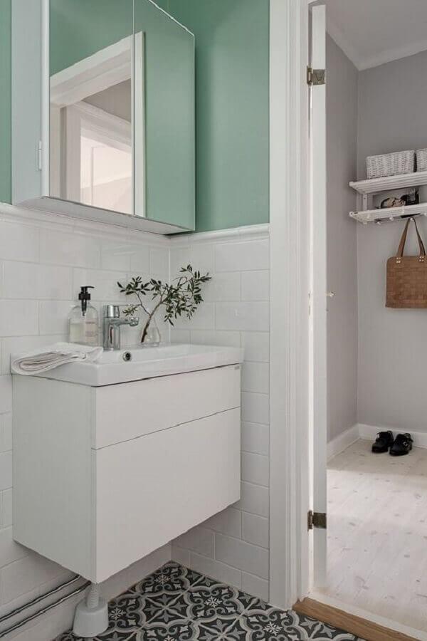 banheiro branco simples decorado com tinta verde menta parede Foto Pinterest