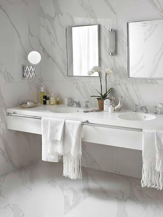 Banheiro com porcelanato marmorizado branco e cinza