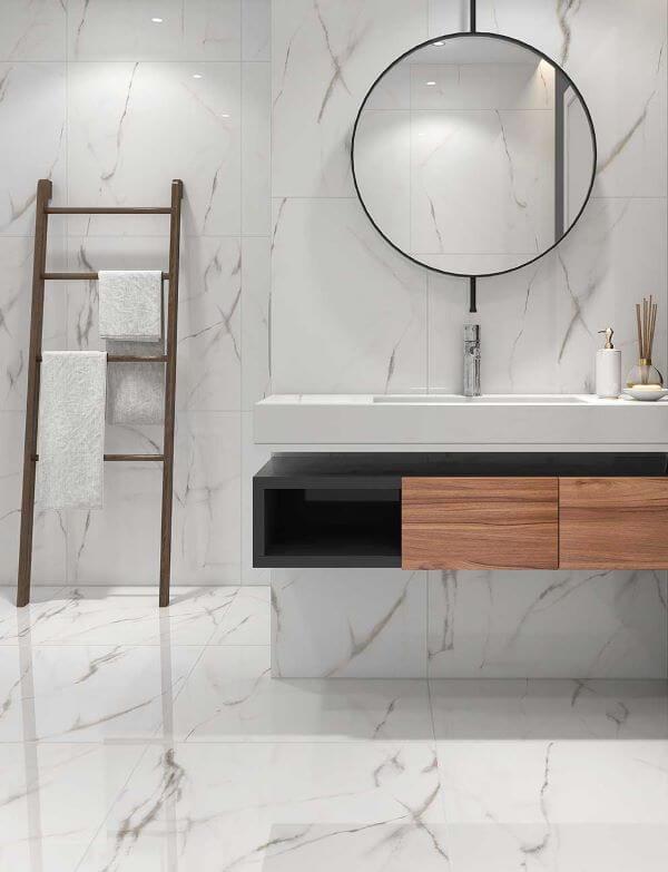 Banheiro com porcelanato marmorizado branco e espelho adnet