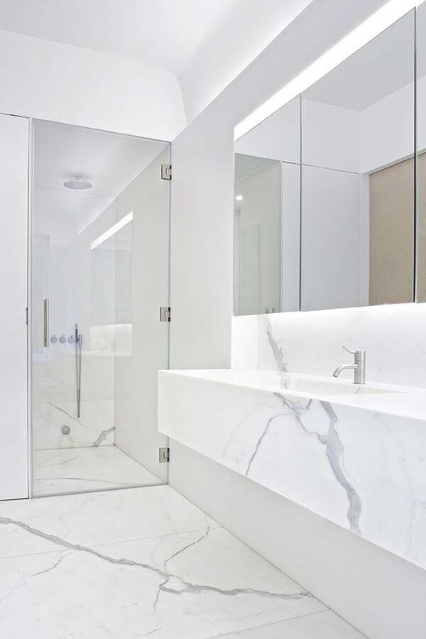 Banheiro com porcelanato marmorizado na parede e chão