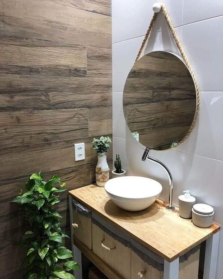 banheiro pequeno rústico decorado com espelho redondo Foto Lidy Almeida