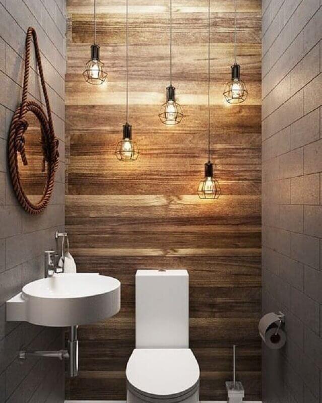 banheiro pequeno rústico decorado com luminárias aramadas e espelho redondo com moldura de corda Foto Pinterest