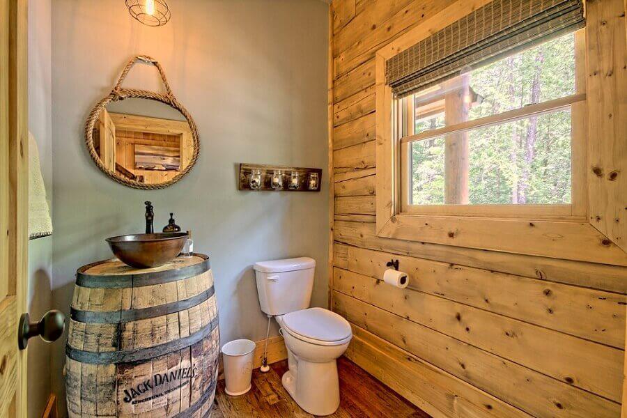 banheiro rústico simples decorado com espelho redondo de corda e barril para base de cuba Foto Architecture Art Designs