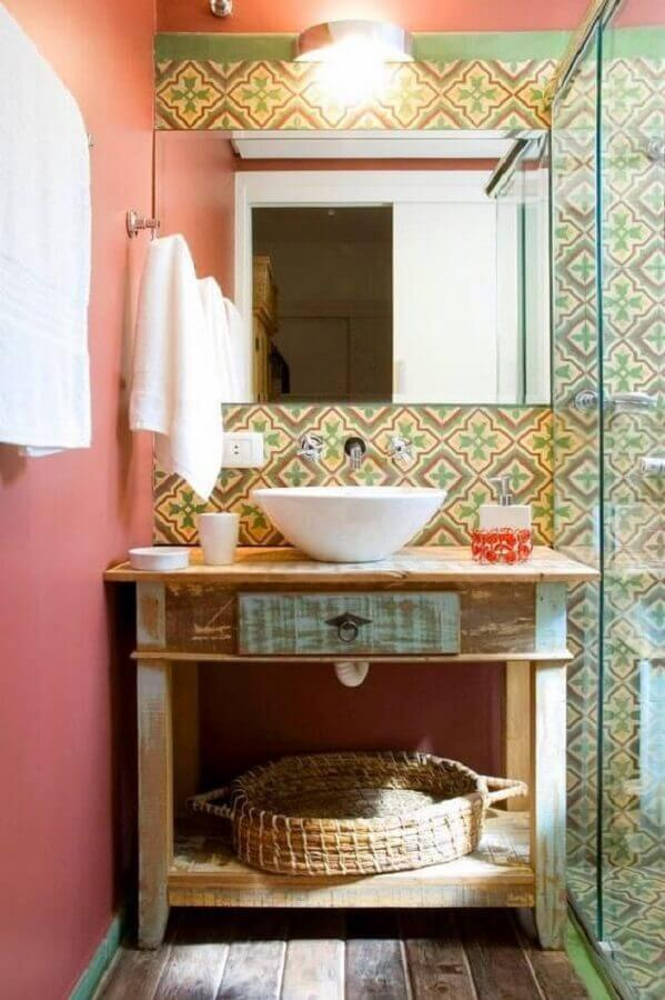 banheiro rústico simples decorado com ladrilho hidráulico Foto Jeito de Casa