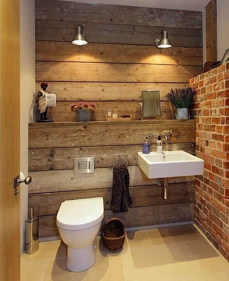 banheiro rústico simples decorado com revestimento de madeira para parede Foto Dicas Decor