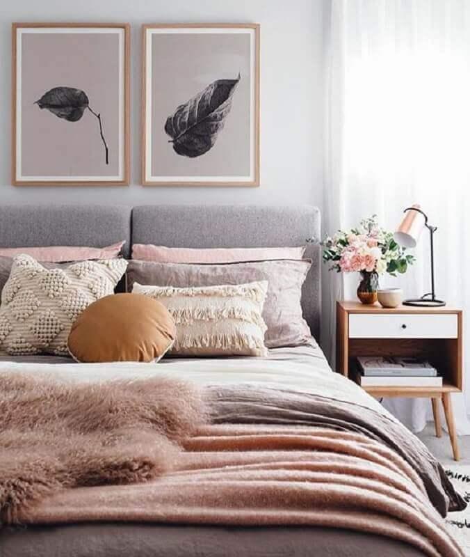 cabeceira casal estofada para decoração de quarto cinza e rosa com criado mudo de madeira Foto Sea Tribe