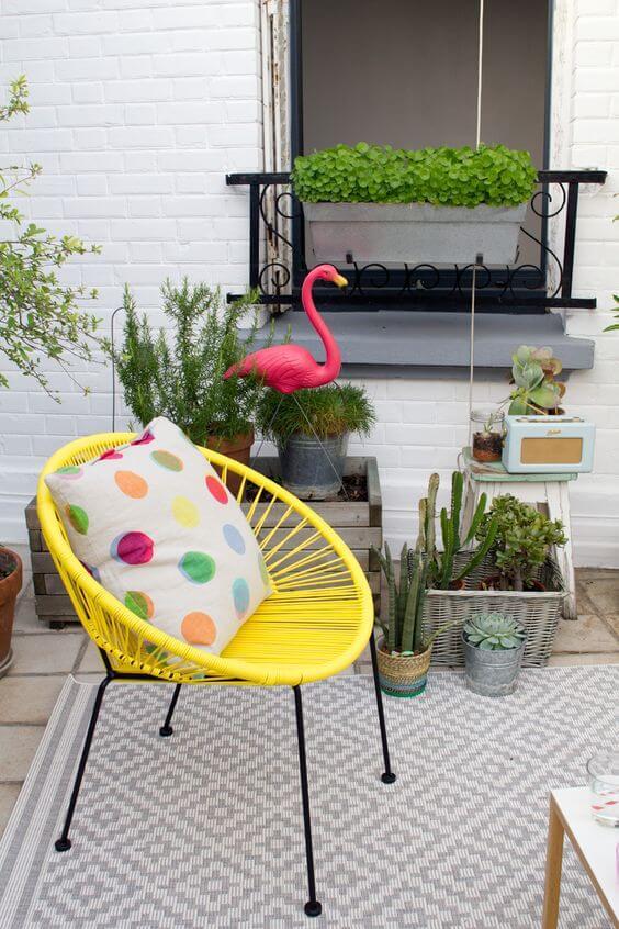As almofadas coloridas são ótimas para decorar a cadeira amarela