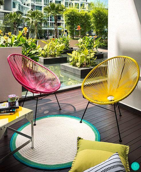 Use cadeiras amarelas e cor de rosa para decorar sua casa