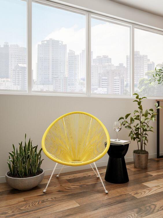 Cadeira acapulco amarela com plantas