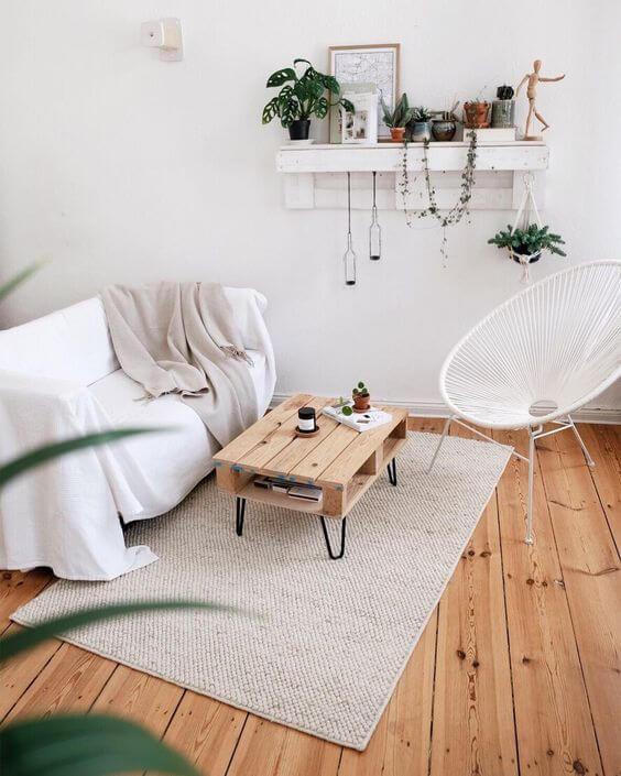 Cadeira acapulco branca na sala clean