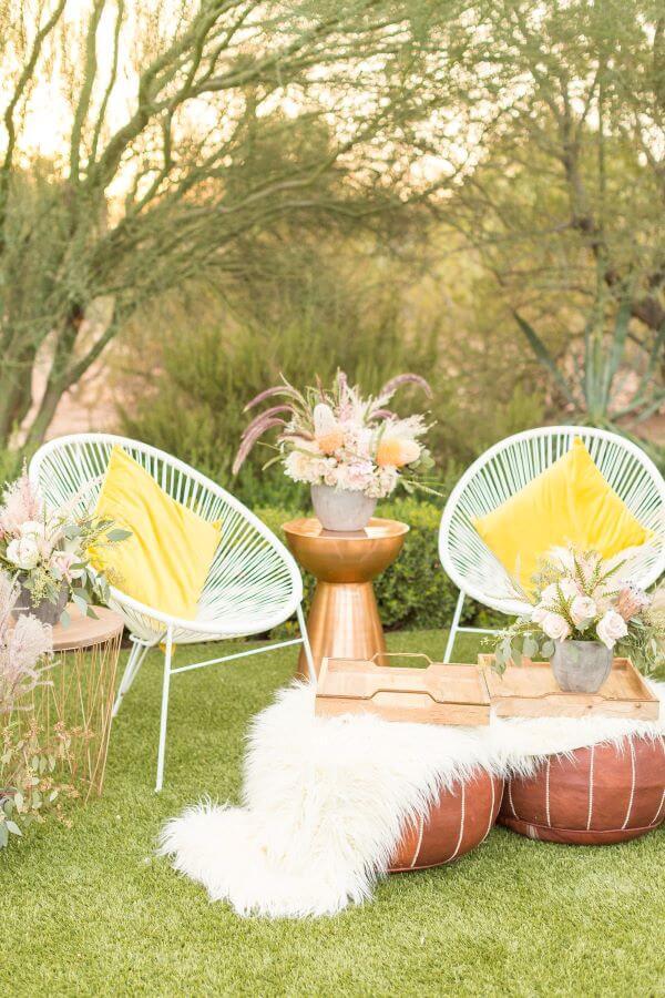 Cadeira acapulco branca no jardim de casa
