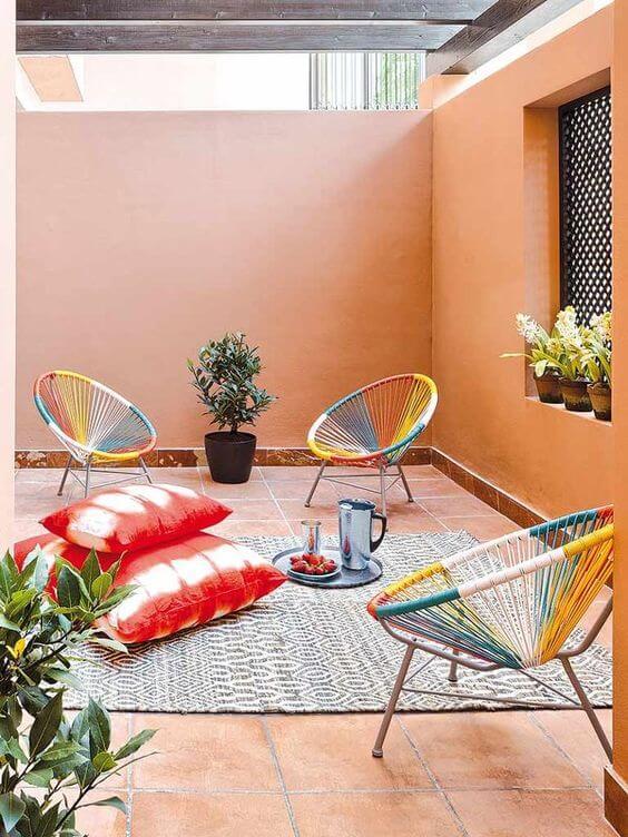 Cadeira acapulco colorida em casa