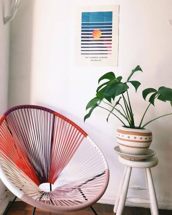 Cadeira acapulco colorido na sala clean