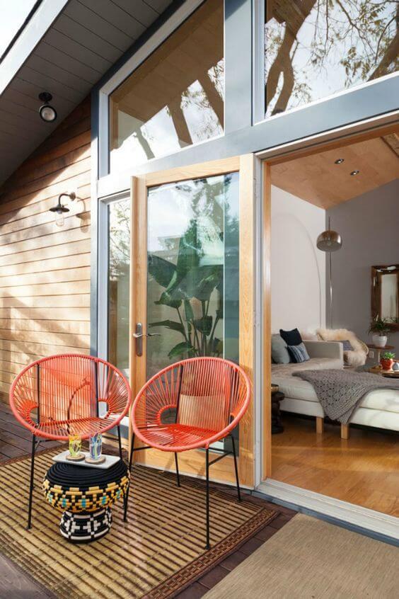 Cadeira acapulco laranja na varanda