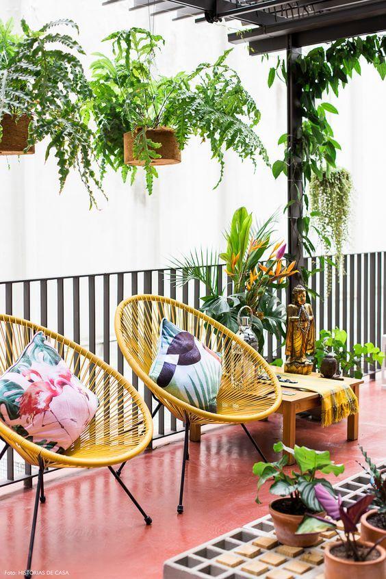 Cadeira acapulco amarela na área externa de casa
