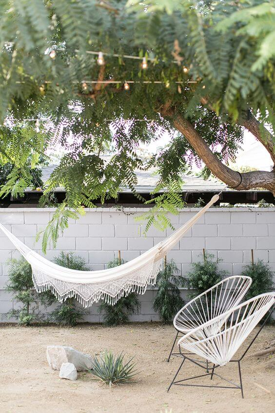 Cadeiras acapulco no jardim com rede
