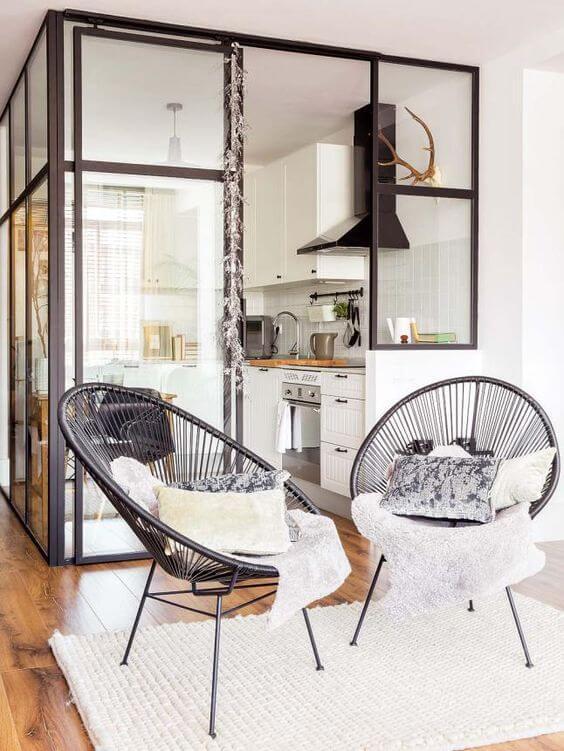 Conjunto de cadeira preta com almofada combinando