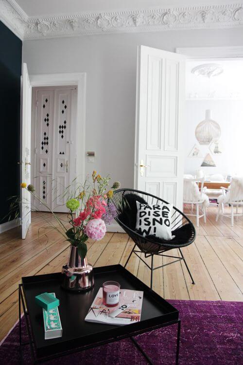 Cadeira acapulco preta com almofada preto e branco