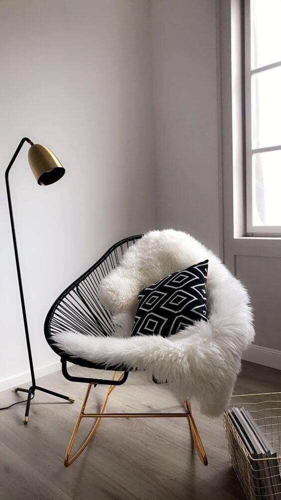 A manta de pelúcia com almofada preto e branca é super moderna