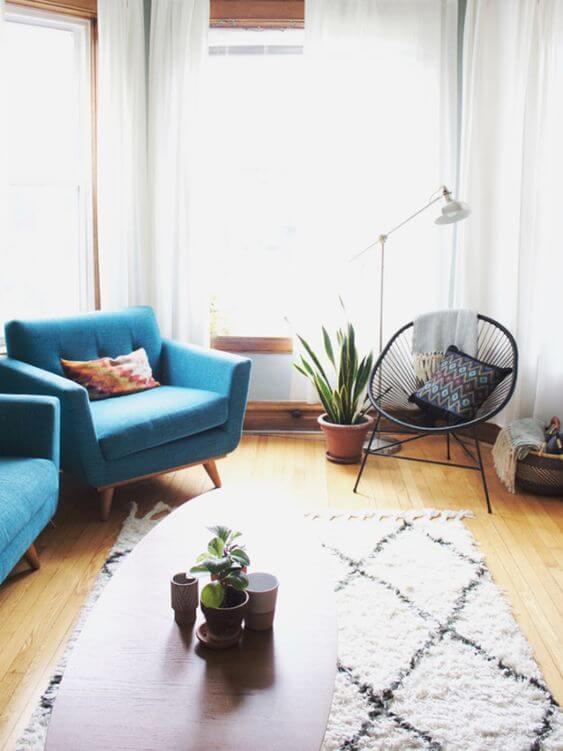 Cadeira preta combinando com o sofá azul