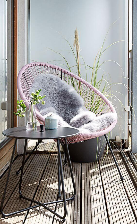 Cadeira acapulco cor de rosa na varanda