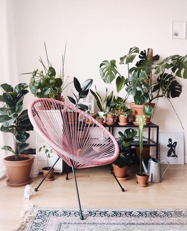 Cadeira cor de rosa dentro de casa