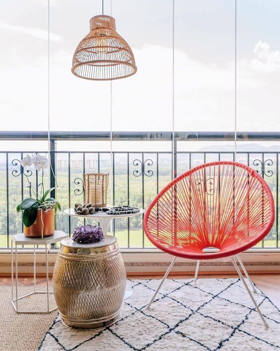 Cadeira vermelha na varanda