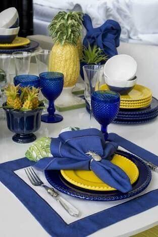 Café da manha decorado com jogo americano de tecido azul