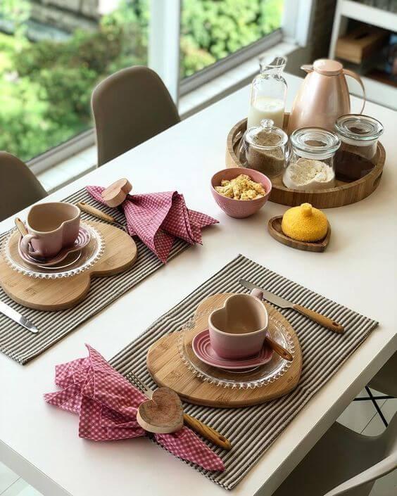 Café da manhã decorado com jogo americano de tecido