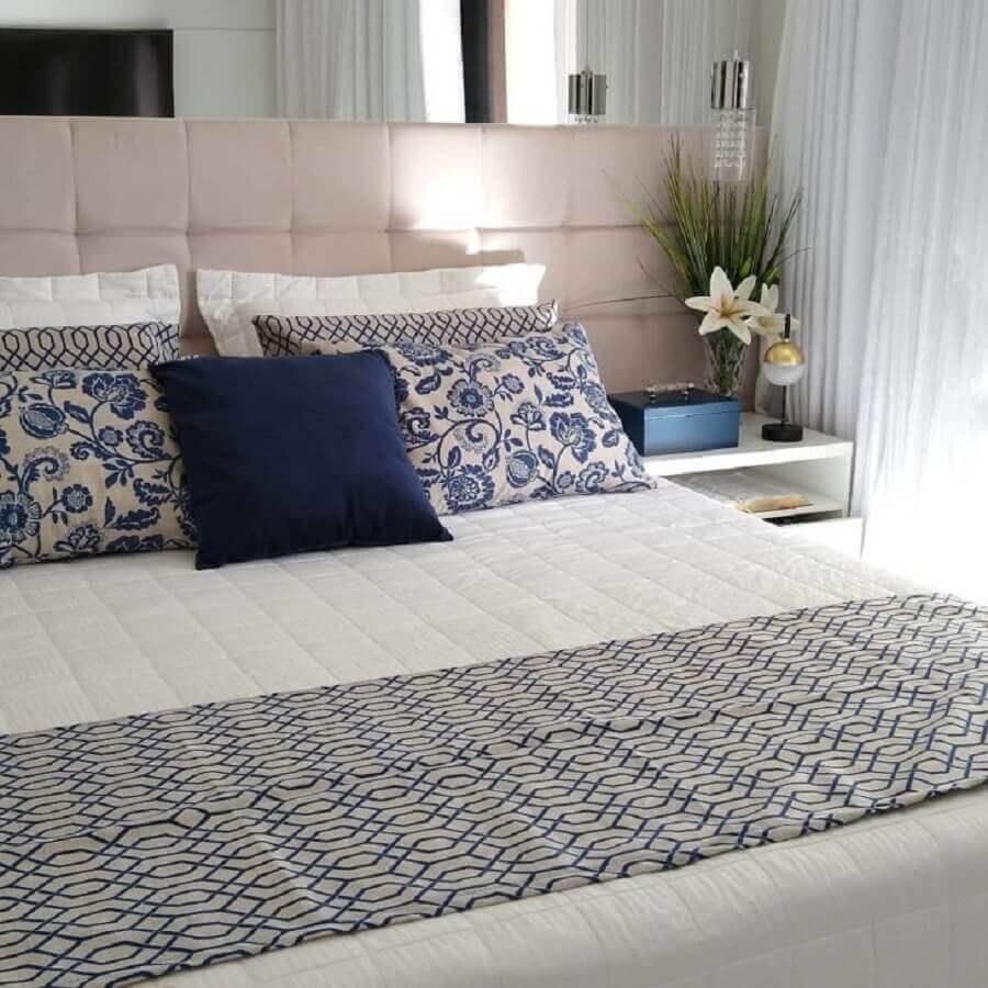 cama com peseira estampada para quarto de casal planejado com cabeceira bege Foto Tudo no Capricho