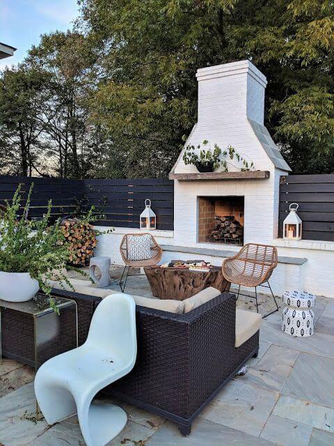 Casa com lareira externa e móveis confortáveis