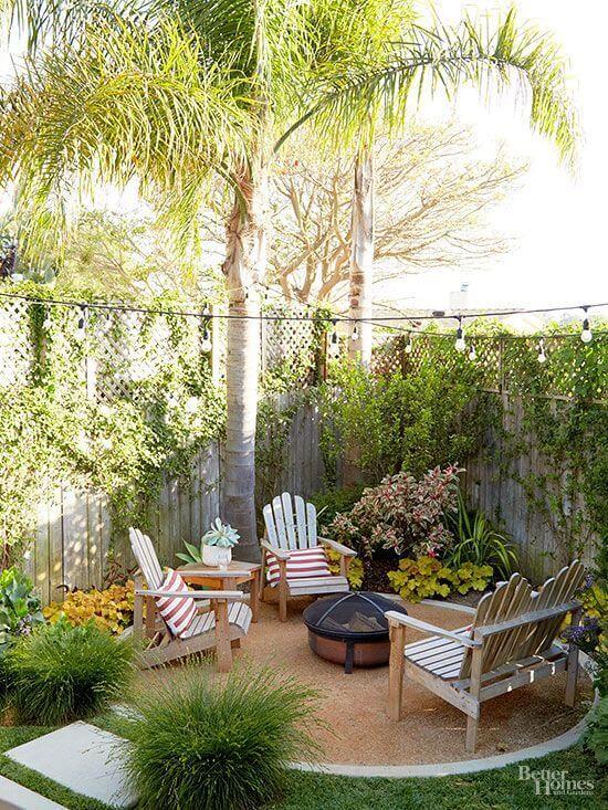 Use móveis de madeira no jardim com lareira externa