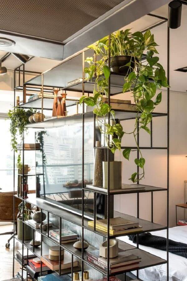 casa decorada com estante de ferro industrial como divisória de ambientes Foto Pinterest