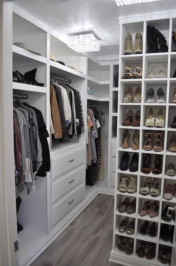 Closet com sapateira de canto