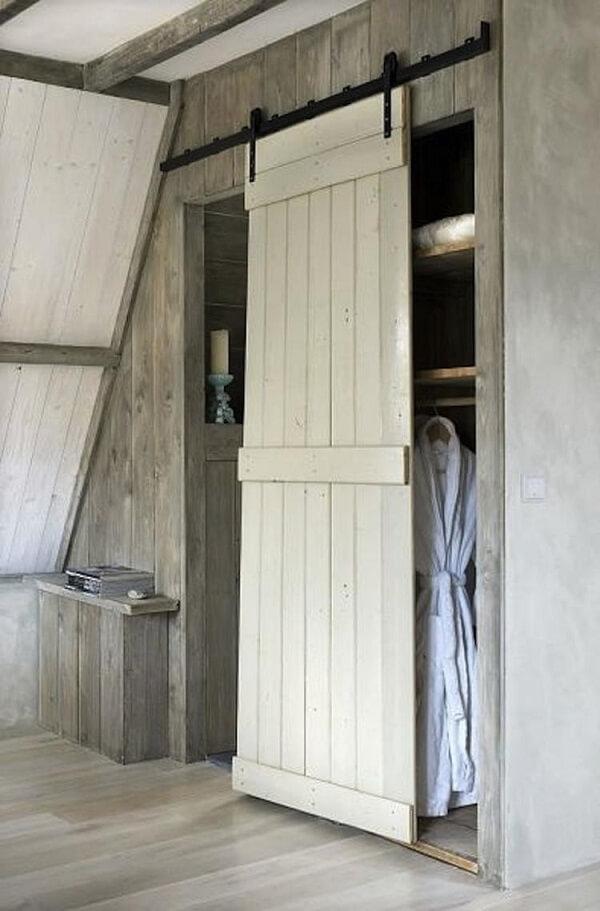 Aproveite o recuo da parede para instalar um guarda roupa de pallet com porta de correr