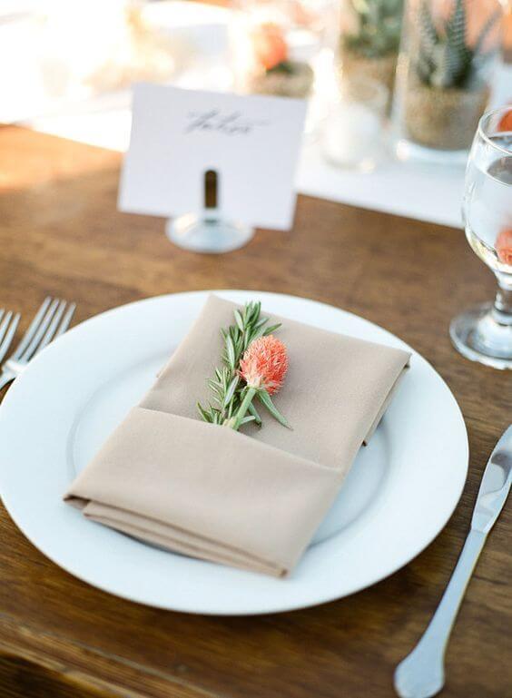 Aprenda como dobrar guardanapo com flores