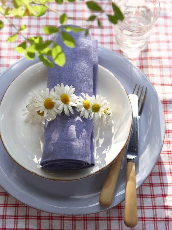 Decore o guardanapo com margaridas