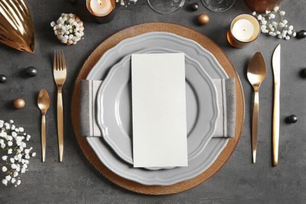 Como dobrar guardanapo de papel na mesa de jantar