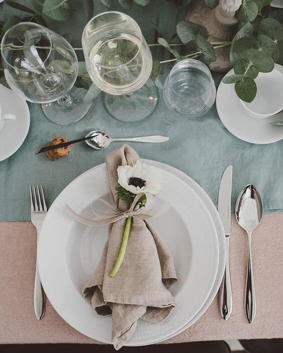 Decoração de mesa de jantar com guardanapo de tecido