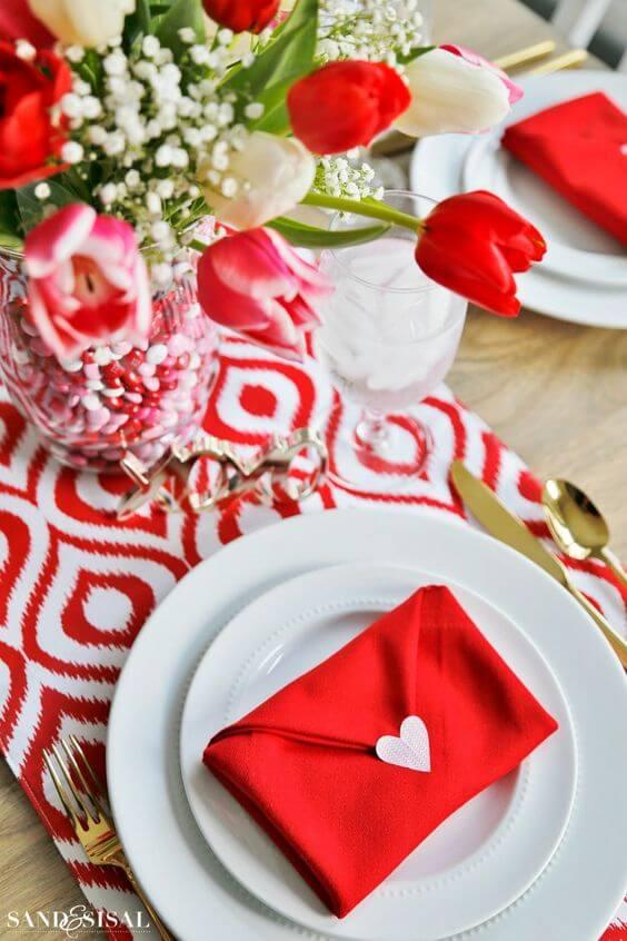 Veja como dobrar guardanapo vermelho para jantar romântico