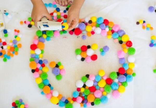 Que tal fazer um tapete artesanal colorido com bolinhas?