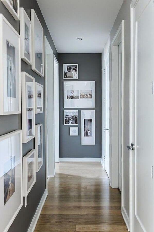 composição de quadros na parede cinza de corredor Foto Tecnisa